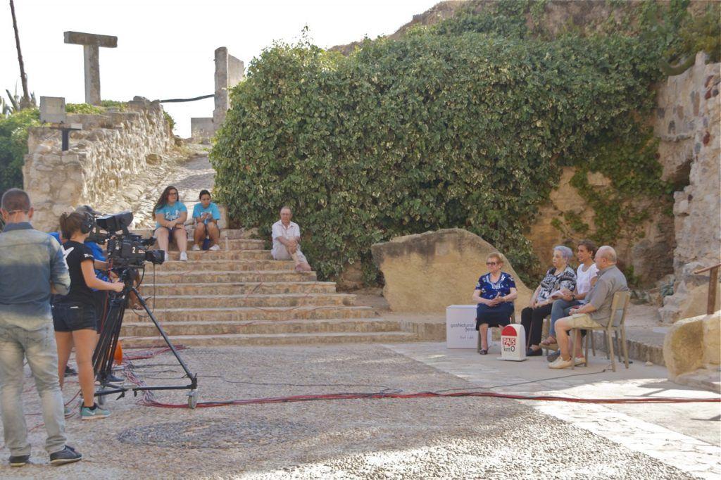 Entrevistaa amb les veïnes de Corbera d'Ebre a la plaça de l'església del Poble Vell de Corbera d'Ebre. Foto: Terra Enllà.