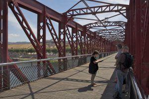 La ruta Hemingway a Tortosa conclou amb la visita al pont del ferrocarril.