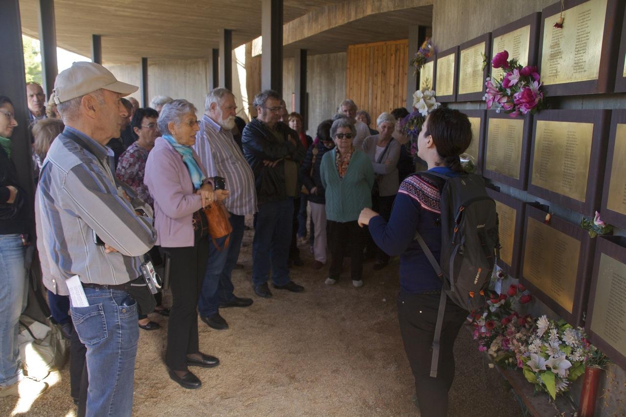 Visita de Terra Enllà al memorial de les Camposines a un grupo de franceses hijos de exiliados españoles en 2015.