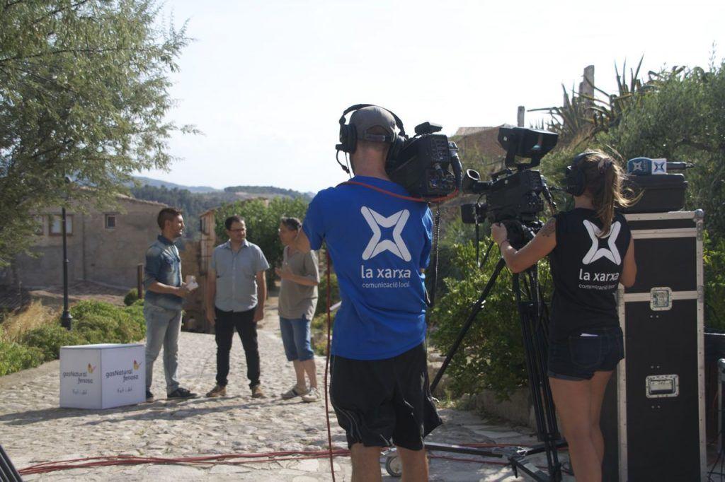 Instant de l'enregistrament de l'entrevista amb Andreu Caralt (Terra Enllà ) i Joan Antonio (Associació Poble Vell). Foto: Terra Enllà.